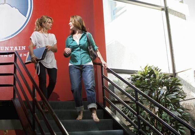 Peri Gilpin e Candace Cameron in una scena dell'episodio All Or Nothing di Make it or Break it
