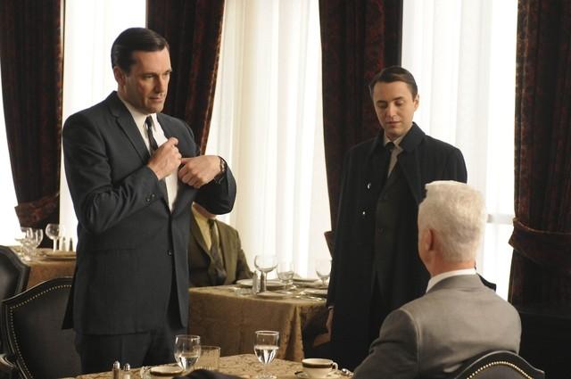 Vincent Kartheiser e Jon Hamm nell'episodio Public Relations di Mad Men