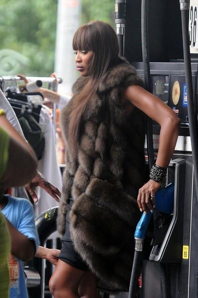 A New York, Naomi Campbell posa in pelliccia con un caldo infernale.