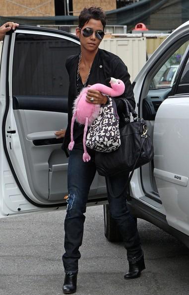 Halle Berry all'uscita da un ristorante, con un peluche di sua figlia tra le mani