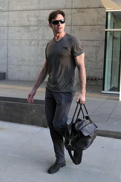 Hugh Jackman in procinto di recarsi a teatro per lo spettacolo A Steady Rain, da lui interpretato