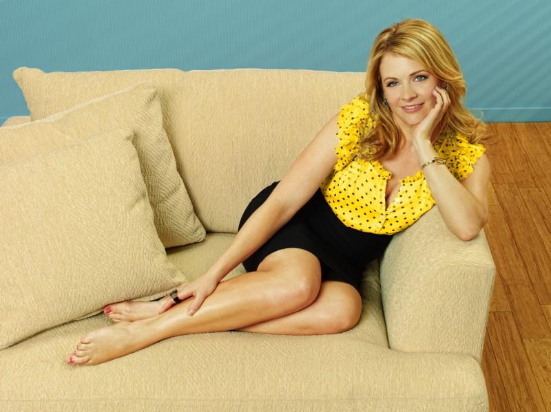 Melissa Joan Hart in una immagine promozionale della serie Melissa & Joey