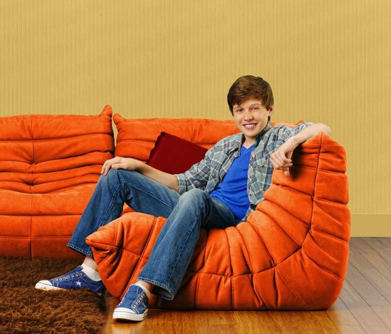 Nick Robinson in una immagine promozionale della serie Melissa & Joey