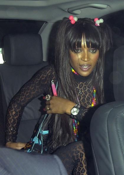 Una coloratissima Naomi Campbell sta per andare ad una festa di compleanno.