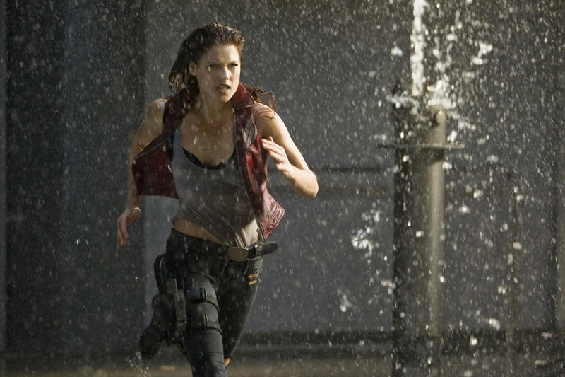 Ali Larter (Claire Redfield) in corsa sotto l'acqua, in una scena del film Resident Evil: Afterlife