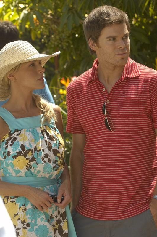 Julie Benz e Michael C. Hall nell'episodio Luci accecanti di Dexter