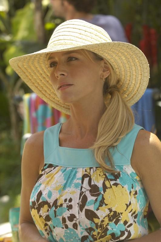 La bellissima Julie Benz in una scena dell'episodio Luci accecanti di Dexter