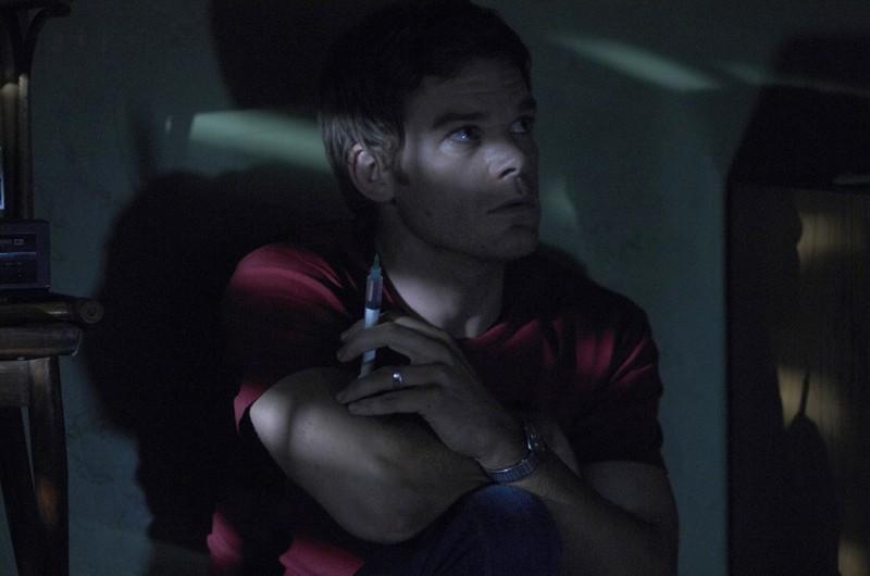 Michael C. Hall attende nell'oscuritò nell'episodio 3 giorni di libertà di Dexter