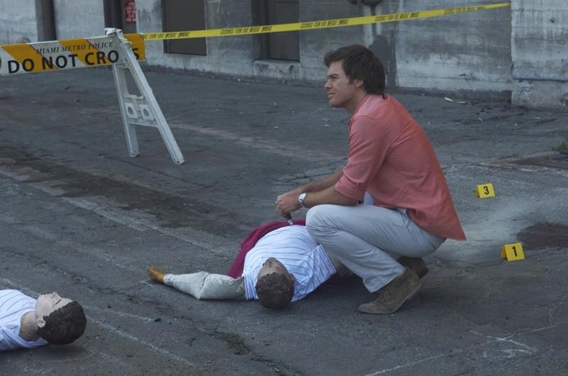 Michael C. Hall sulla scena del crimine in Luci accecanti di Dexter