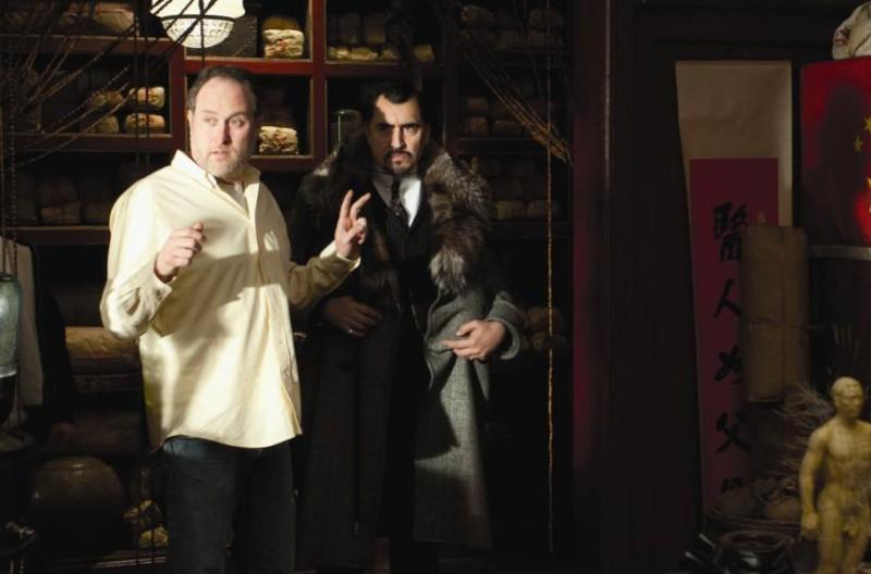 Alfred Molina con il regista Jon Turteltaub sul set del film L'apprendista stregone