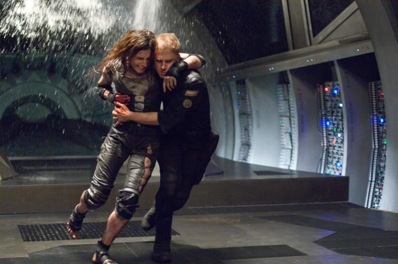 Antje Traue e Ben Foster in fuga dal male nel film Pandorum