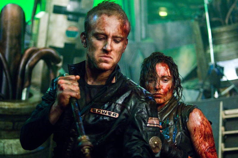 Antje Traue e Ben Foster in una scena del film Pandorum