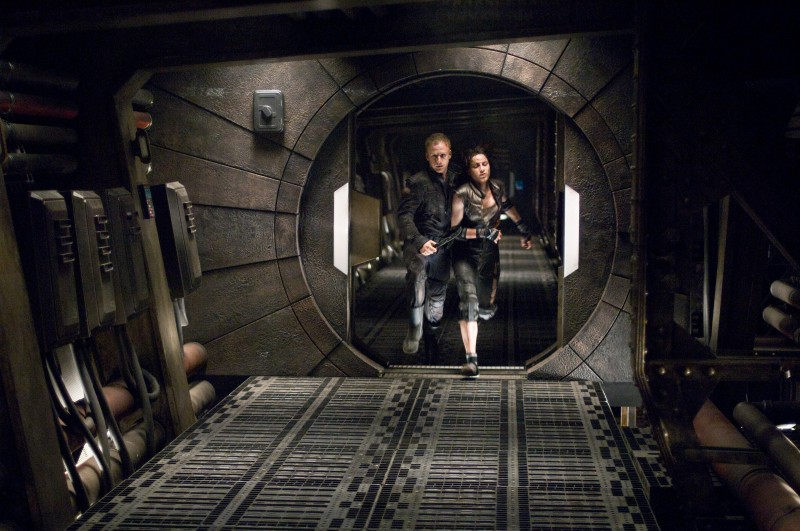 Antje Traue e Ben Foster intrappolati nello spazio nel film Pandorum