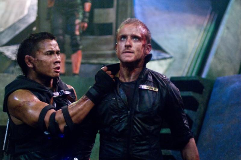 Ben Foster e Cung Le in una scena del film Pandorum