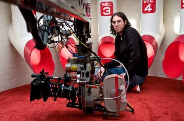 Il regista Brad Peyton sul set di Cats & Dogs: The Revenge of Kitty Galore