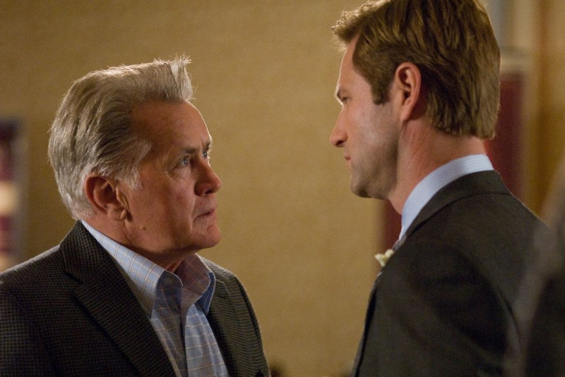 Martin Sheen e Aaron Eckhart in una scena del film Love Happens