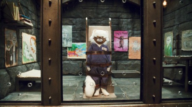 Mr. Tinkles in una brutta situazione nel film Cats & Dogs: The Revenge of Kitty Galore