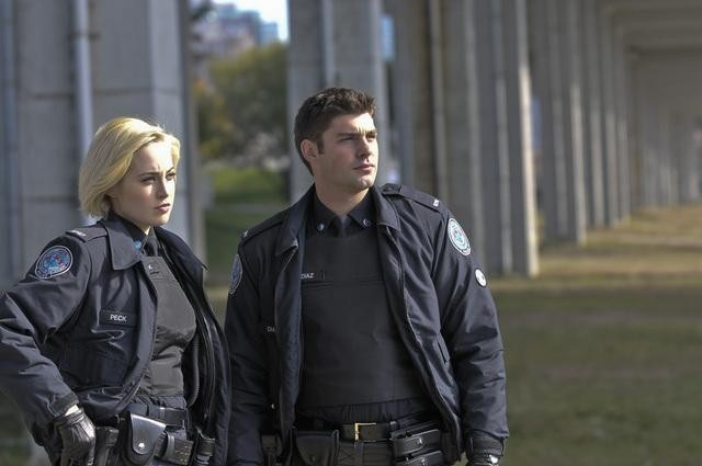 Charlotte Sullivan e Travis Milne in una scena dell'episodio Girlfriend of The Year di Rookie Blue
