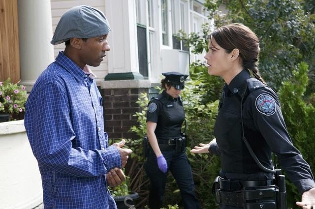 K.C. Collins e Missy Peregrym in una scena dell'episodio Bullet Proof di Rookie Blue