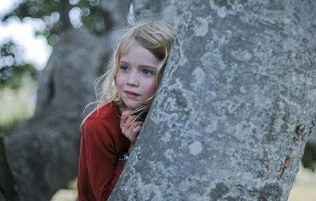 La piccola Morgana Davies in una scena del film The Tree