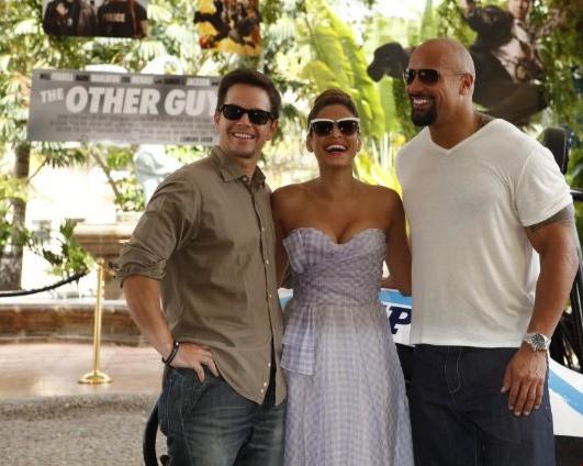 Mark Wahlberg, Dwayne Johnson ed Eva Mendes sul set di the Other Guys