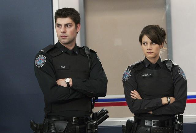Missy Peregrym e Travis Milne in una scena dell'episodio Honor Role di Rookie Blue