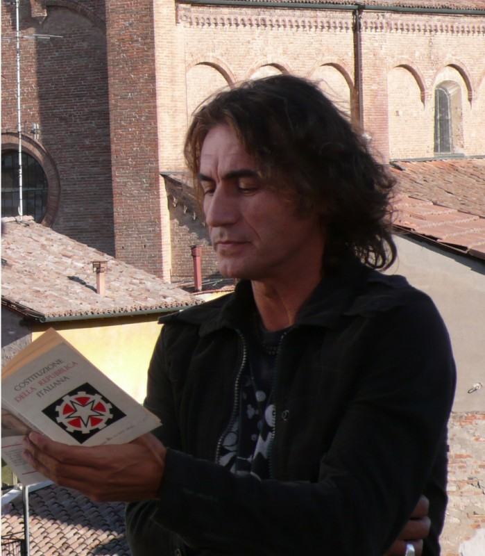 Luciano Ligabue legge la Costituzione Italiana nel film Niente Paura