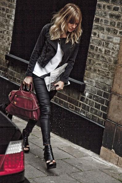 Sienna Miller in giro per Londra.