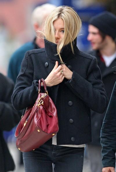Sienna Miller si ripara dal freddo, nascondendosi anche alla vista dei paparazzi