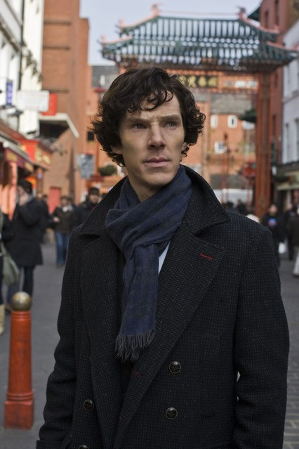 Benedict Cumberbatch in una scena dell'episodio The Blind Banker della serie Sherlock