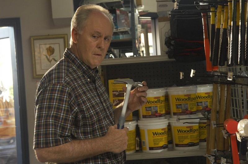 John Lithgow acquista un martello in una scena dell'episodio Dirty Harry di Dexter