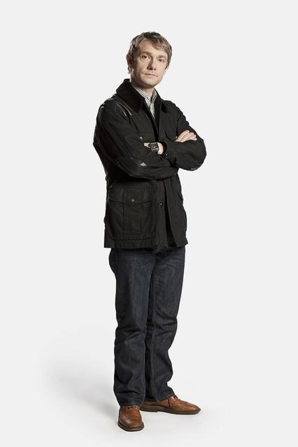Martin Freeman è John Watson in una foto promozionale della serie Sherlock