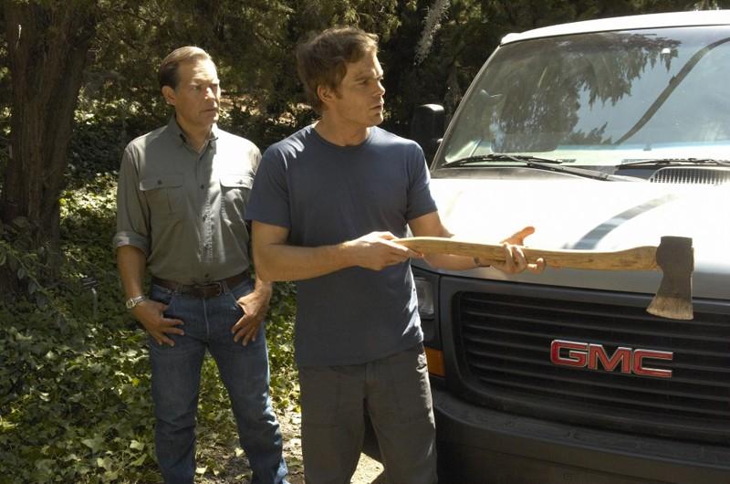 Michael C. Hall con alle spalle James Remar nell'episodio Calma piatta di Dexter