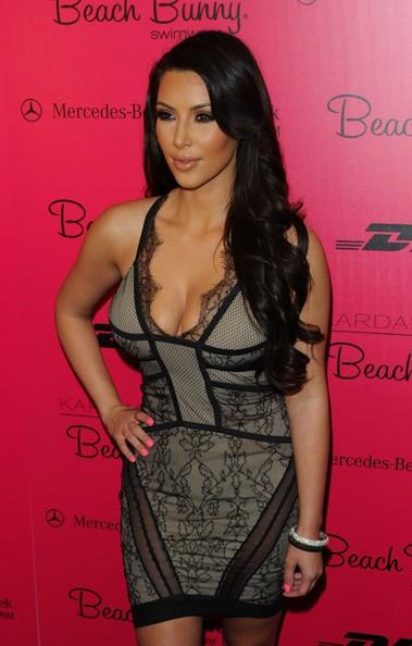 Kim Kardashian nel backstage del Beach Bunny Swimwear 2010