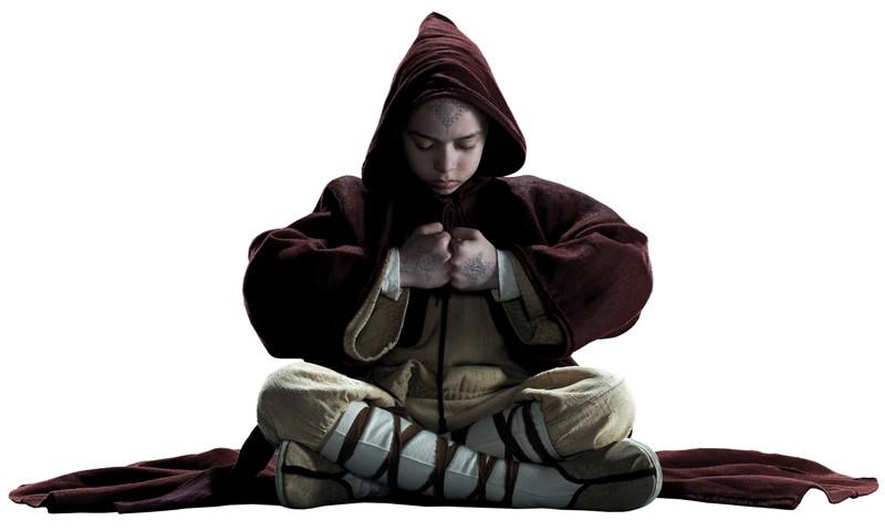 Un concentrato Noah Ringer in un'immagine promo per L'ultimo dominatore dell'aria