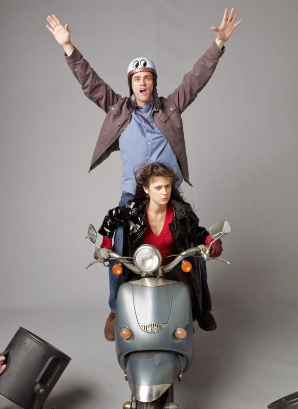 Jim Carrey e Zooey Deschanel posano per una foto promozionale del film Yes Man