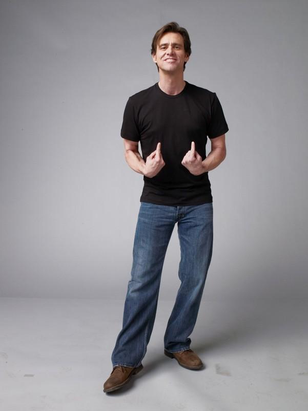 Jim Carrey in una simpatica posizione per un'immagine del film Yes Man