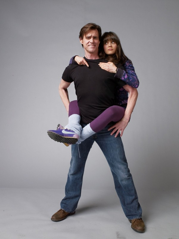 Zooey Deschanel avvinghiata a Jim Carrey in una foto promo del film Yes Man