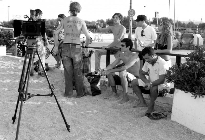 Cast e troupe de La Polinesia sotto casa durante una pausa.