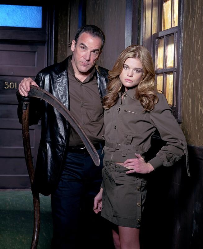 Mandy Patinkin e Ellen Muth in un'immagine promozionale per la prima stagione di Dead Like Me
