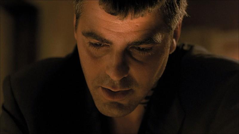 George Clooney in una scena del film horror Dal tramonto all\'alba