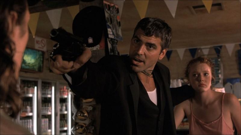 George Clooney in una sequenza del film horror Dal tramonto all\'alba