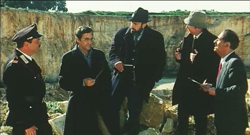 L\'ingegnere minerario legge la sua perizia al giudice Di Nardo nel film Un giudice di rispetto