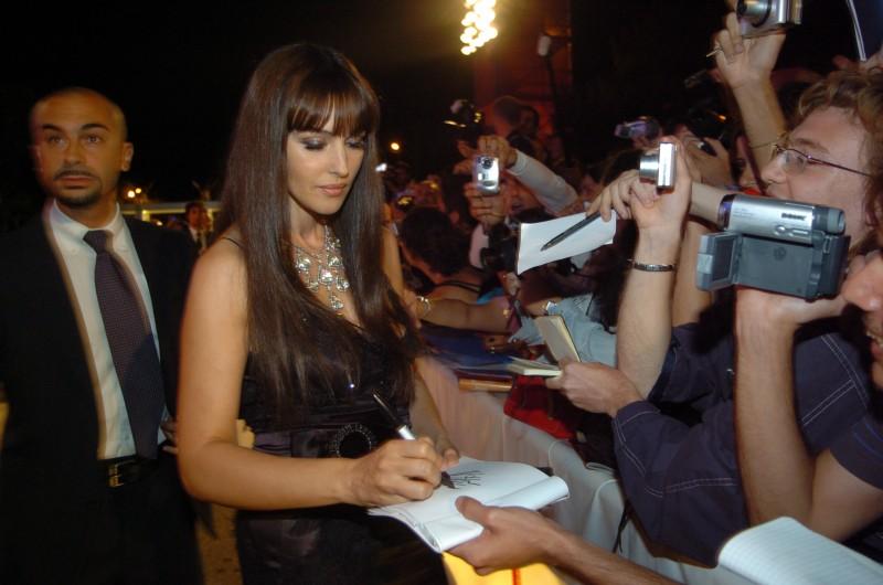 Monica Bellucci a Venezia 2005 firma autografi ai fan