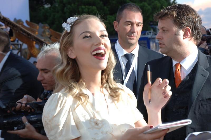 una sorridente Scarlett Johansson a Venezia 2006 per presentare The Black Dahlia