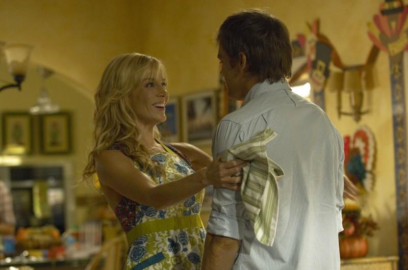 Rita (Julie Benz) e Dexter (Michael C. Hall) nell'episodio Giorno di festa di Dexter