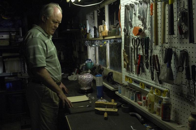 Trinity (John Lithgow) nel suo garage in una scena dell'episodio Rimorsi di Dexter