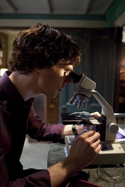 Benedict Cumberbatch in un momento dell'episodio The Great Game di Sherlock