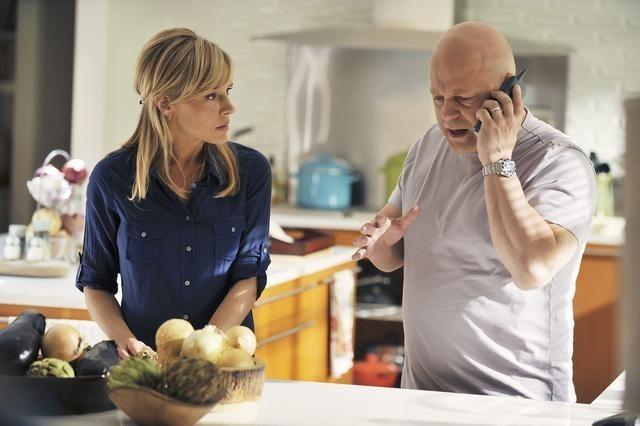 Julie Benz e Michael Chiklis in una scena del pilot della serie No Ordinary Family