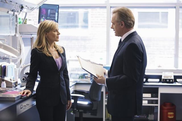 Julie Benz e Stephen Collins nel pilot della serie No Ordinary Family